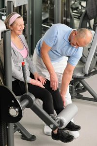 physical-therapist-male-assist-active-senior-woman-exercise-at-gym_rfv0avpes