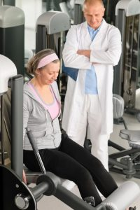 physical-therapist-male-assist-active-senior-woman-exercise-at-gym_rtwt_pvo